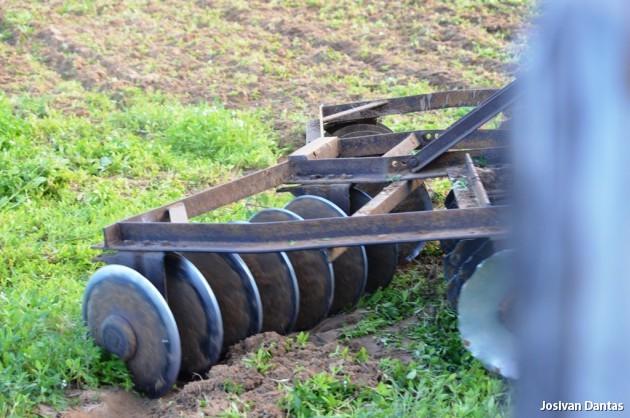 Aração/corte de terras em Angelim é uma realidade, com a Nova Administração.